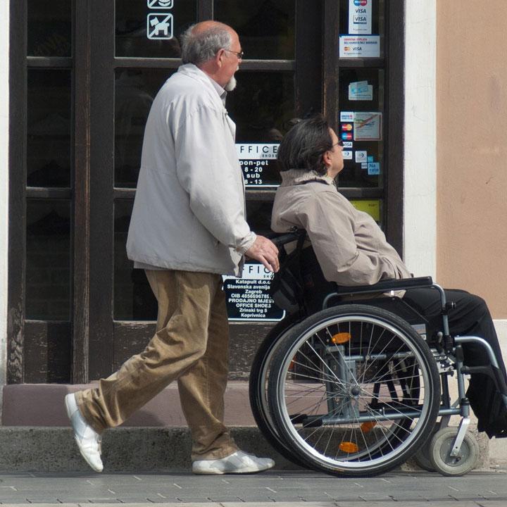 高齢者の生活を支える「介護職」